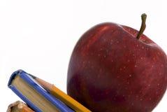 Serie di formazione (Apple sulla macro dei libri inclinata) Immagini Stock