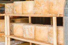 Serie di forme rotonde di formaggio invecchiato da vendere nel marke locale Immagini Stock