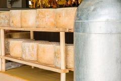 Serie di forme rotonde di formaggio invecchiato da vendere nel marke locale Fotografie Stock Libere da Diritti
