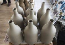 Serie di progettazione fatta a mano tradizionale della bottiglia dal materiale ceramico crudo di colore grigio dopo cucinato Fotografia Stock