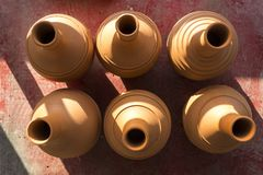 Serie di progettazione fatta a mano tradizionale della bottiglia dal materiale crudo dell'argilla Fotografia Stock
