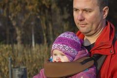Serie di vita reale - padre e bambino in sosta Fotografia Stock