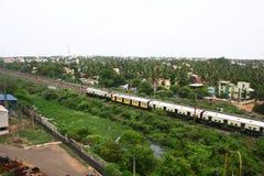 Serie, die durch Vororte von Chennai, Indien überschreitet Stockbild