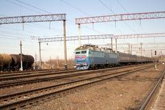 Serie - die Lokomotive mit Autos Stockfotografie