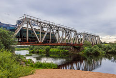 Serie Eisenbahnbrücke über dem Fluss Volchina Stockfotos