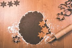 Serie för danandepepparkakakakor Bitande degark in i shap Royaltyfria Bilder