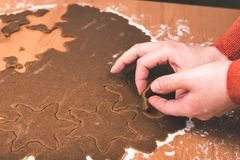 Serie för danandepepparkakakakor Bitande degark in i shap Arkivfoton