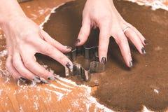 Serie för danandepepparkakakakor Bitande degark in i shap Arkivfoto