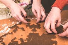 Serie för danandepepparkakakakor Bitande degark in i shap Fotografering för Bildbyråer