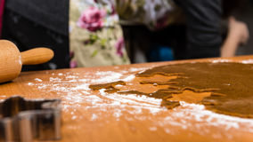 Serie för danandepepparkakakakor Bitande degark in i shap Royaltyfria Foton