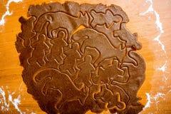 Serie för danandepepparkakakakor Bitande degark in i shap Arkivbild