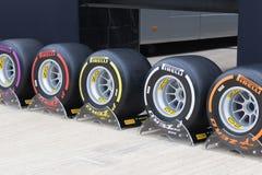 Serie para arriba de neumáticos de Pirelli F1 imagen de archivo