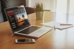 Serie televisiva che scorre servizio: Computer portatile con il flusso continuo dei web immagini stock libere da diritti