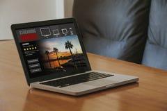 Serie televisiva che scorre servizio: Computer portatile con il flusso continuo del servizio del sito Web nello schermo fotografie stock