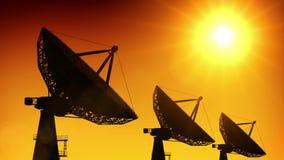 Serie van satellietschotels bij zonsondergang royalty-vrije illustratie