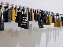 Serie van stootkussensloten die in een gymnastiek op de muur hangen stock fotografie