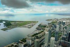 Seriell sikt av Toronto, sjön och den närliggande flygplatsen som lokaliseras på en liten ö royaltyfria foton