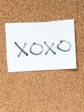 Serierna av ett meddelande på korken stiger ombord, xoxoen Arkivbild