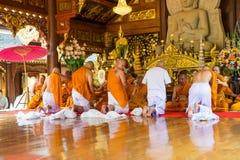 series de la ceremonia de la ordenación que cambian a los hombres jovenes tailandeses Imagen de archivo libre de regalías