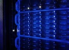 Serieskivminneskivor av värddatoren i datorhallen arkivfoto