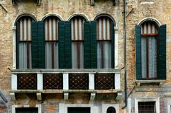 serievenice fönster royaltyfria foton