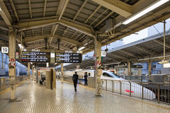 700 serii pociska pociągu przy Tokio stacją Zdjęcie Royalty Free