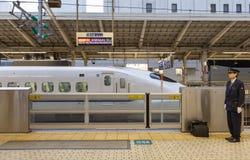 700 serii pociska pociągu przy Tokio stacją Obrazy Royalty Free