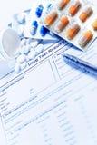 A seringa com tubos de ensaio e os comprimidos de vidro das medicamentações droga-se Fotografia de Stock Royalty Free