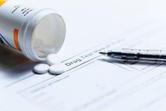 A seringa com tubos de ensaio e os comprimidos de vidro das medicamentações droga-se Fotos de Stock