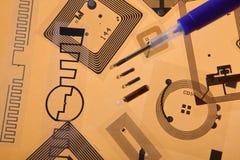 Seringa da implantação do RFID e etiquetas do RFID imagens de stock royalty free