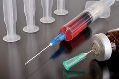 Seringa e vacina descartáveis Fotografia de Stock Royalty Free