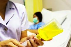 Seringa hipodérmico no takecare saudável da melhoria do hospital imagens de stock royalty free