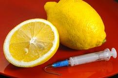 Seringa Hypodermic Seringas com agulhas azuis em um fundo vermelho Injetores médicos Imagem de Stock