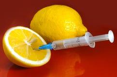 Seringa Hypodermic Seringas com agulhas azuis em um fundo vermelho Injetores médicos Fotografia de Stock Royalty Free