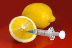 Seringa Hypodermic Seringas com agulhas azuis em um fundo vermelho Injetores médicos Fotos de Stock Royalty Free