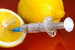 Seringa Hypodermic Seringas com agulhas azuis em um fundo vermelho Injetores médicos Imagens de Stock