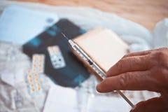 Seringa, injeção médica à disposição, palma ou dedos foto de stock