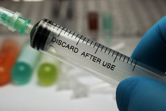 Seringa, injeção médica à disposição, palma ou dedos Equipamento plástico da vacinação da medicina com agulha fotografia de stock