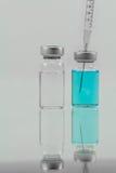 Seringa médica e medicina isoladas no fundo branco Imagem de Stock