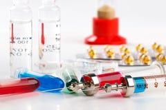 Seringas com medicamentação, ampolas e tubos de ensaio, blocos de bolha no fundo branco Fotografia de Stock Royalty Free