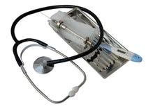 seringas e ampolas de vidro com medicina em um estetoscópio da bandeja do metal Fotografia de Stock Royalty Free