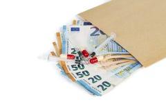Seringas médicas em diversas euro- contas das cédulas Imagem de Stock