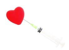 Seringue de soins de santé et coeur rouge d'isolement Image libre de droits