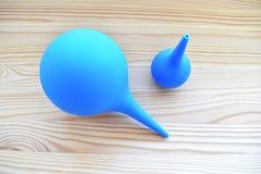 Seringue deux médicale bleue grande et petite photos stock