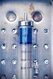 Seringue en verre de vintage avec une drogue photographie stock