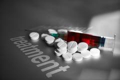 Seringue et pilules de traitement médical Photographie stock libre de droits