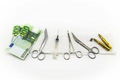 Seringue, munitions et argent Photo stock