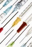 - Seringues et aiguilles - injections médicales Image stock