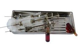 seringues et ampoules en verre avec la médecine sur un stéthoscope de plateau en métal Photo libre de droits