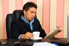 Serious business man reading newspaper Royalty Free Stock Photography